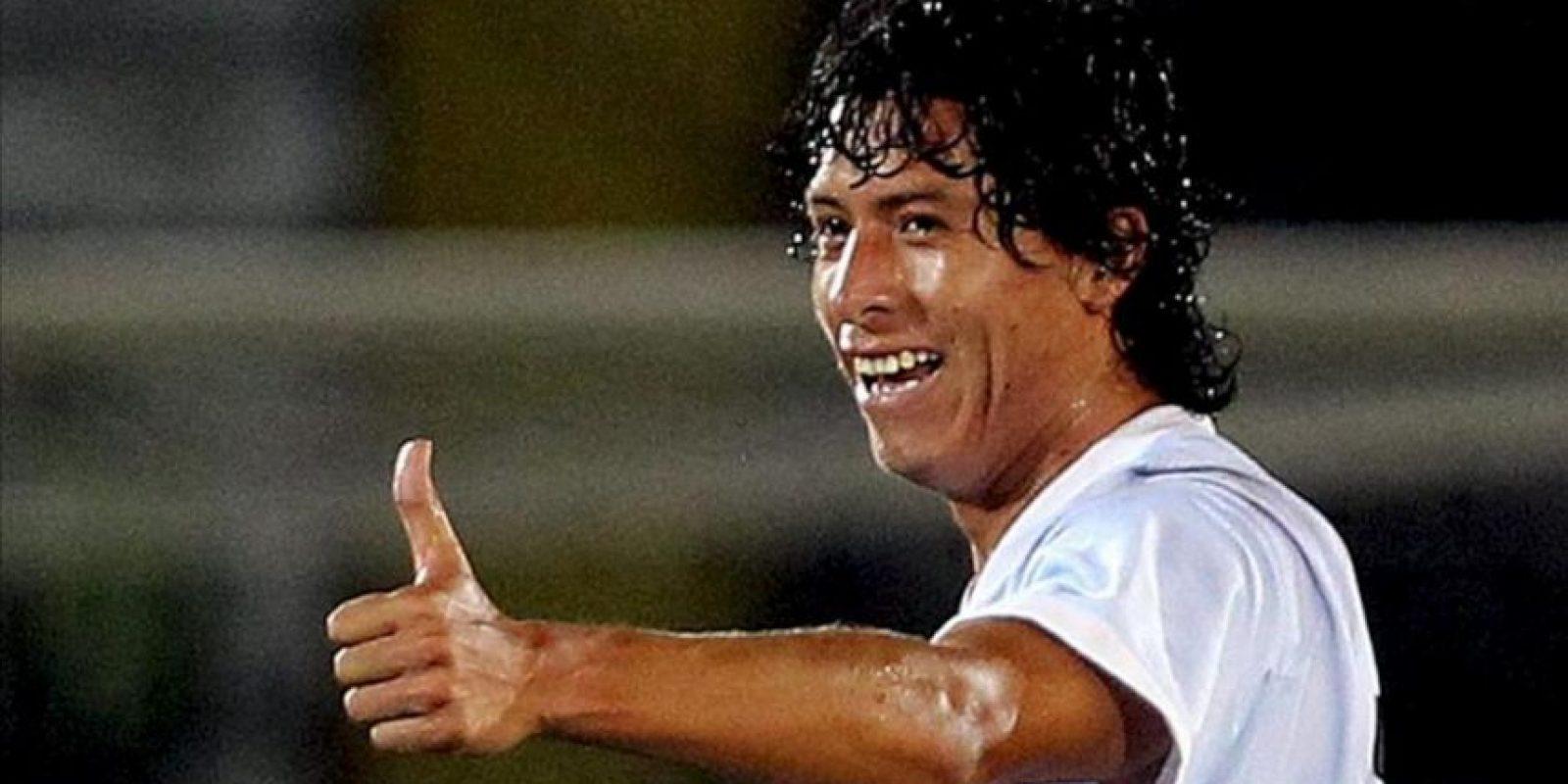 El Yoshiro Salazar del Real Garcilaso de Perú celebra luego de anotar contra el Deportes Tolima durante un partido del Grupo 6 de la Copa Libertadores 2013 en el estadio Manuel Murillo Toro en Ibagué. EFE