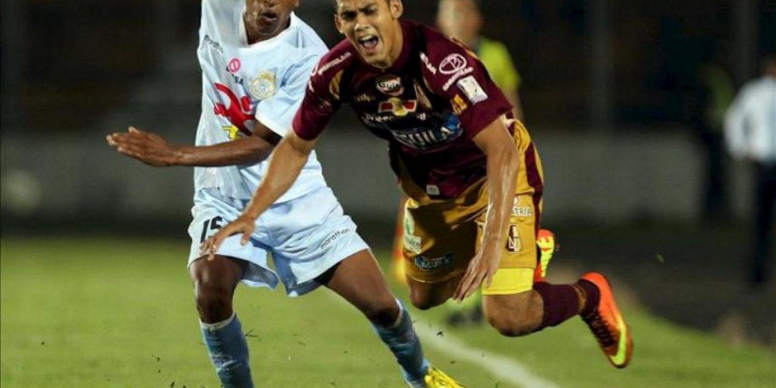 El jugador Iván Conde (i) del Real Garcilaso de Perú disputa un balón con Andrés Andrade (d) del Deportes Tolima durante un partido del Grupo 6 de la Copa Libertadores 2013 en el estadio Manuel Murillo Toro en Ibagué. EFE