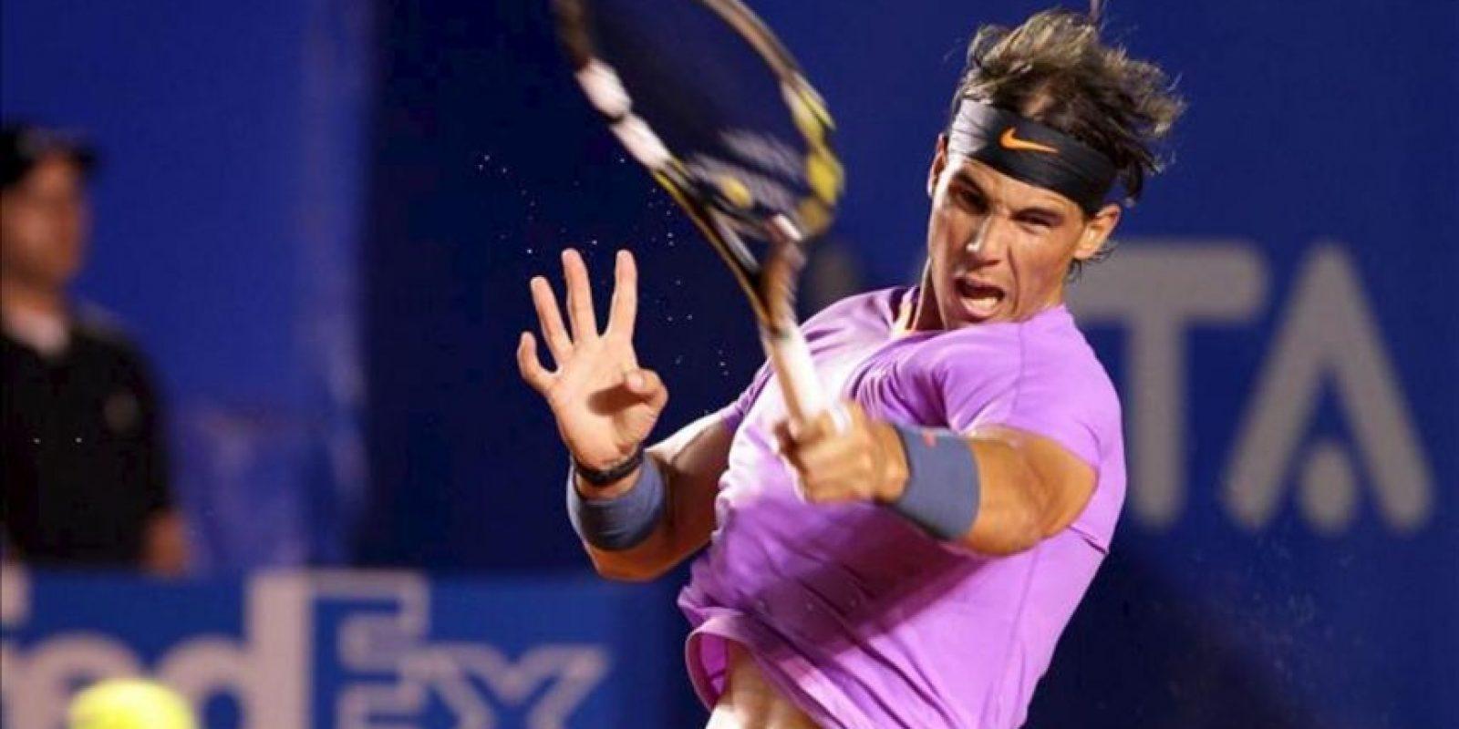El tenista español Rafael Nadal devuelve una bola al argentino Diego Schwartzman, durante el segundo día del Abierto Mexicano de Tenis que se desarrolla en el puerto mexicano de Acapulco. EFE