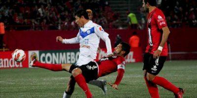 José Marcelo Gómez del San José de Oruro (i) disputa el balón con Javier Gandolfi de Xolos Tijuana durante el juego de la jornada 2 de la Copa Libertadores, en el estadio Caliente de Tijuana del estado mexicano de Baja California. EFE