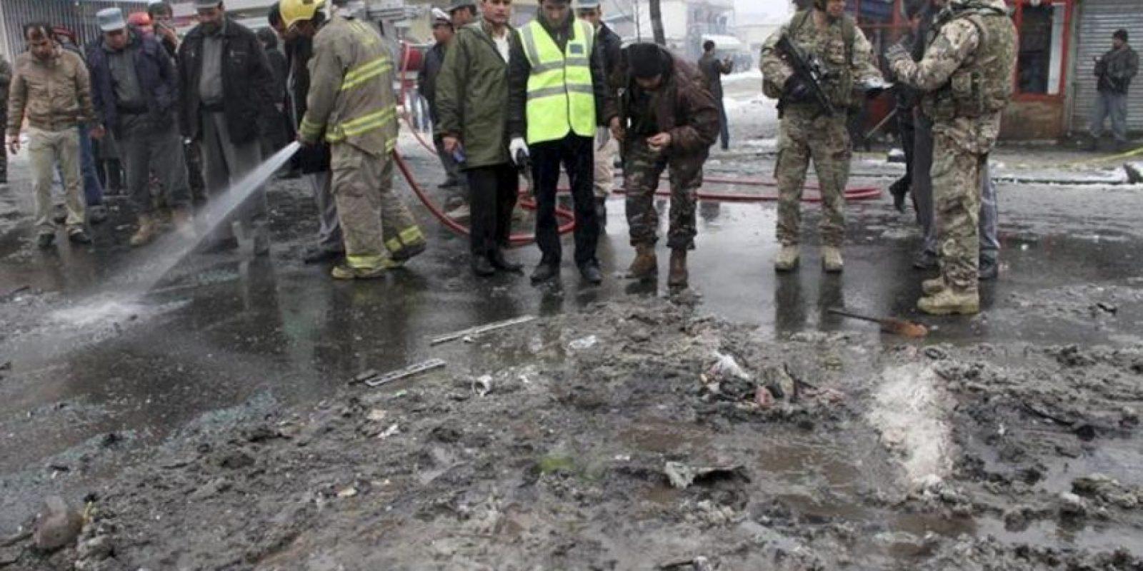 Oficiales afganos y soldados estadounidenses de la Fuerza Internacional de Asistencia a la Seguridad en Afganistán (ISAF) de la OTAN inspeccionan el escenario de un atentado contra un autobús del Ejército Nacional Afgano en Kabul, Afganistán, hoy miércoles 27 de febrero de 2013. EFE
