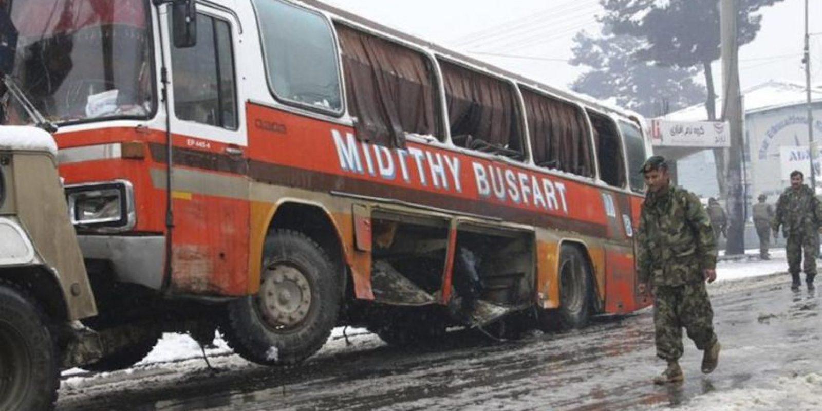 Soldados afganos inspeccionan el escenario de un atentado contra un autobús del Ejército Nacional Afgano en Kabul. EFE