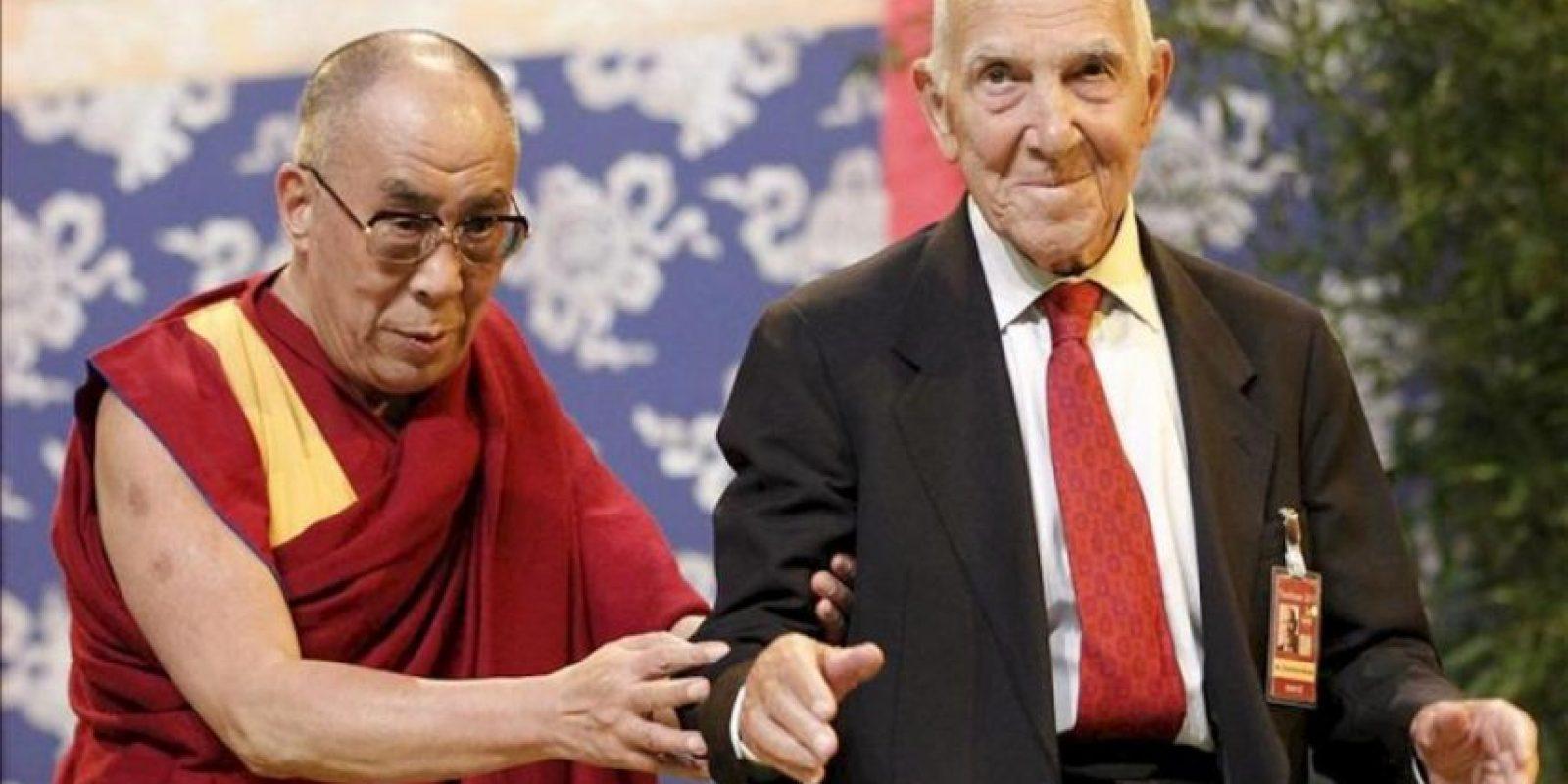 """Fotografía de archivo tomada el 15 de agosto de 2011 que muestra al pensador, escritor, diplomático y resistente francoalemán Stéphane Hessel (dcha), autor del popular manifiesto """"Indignaos"""", junto al líder espiritual del Tíbet, el Dalai Lama (izda), en una conferencia en Toulouse (Francia). EFE/Archivo"""