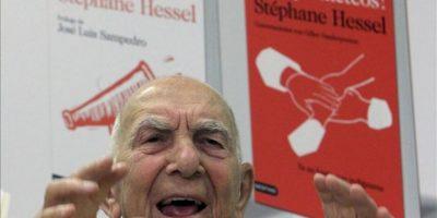 """El francés Stephane Hessel, a quien muchos consideran el principal inspirador del movimiento 15-M, durante la rueda de prensa que ofreció en 2011 en Madrid, en su primera visita a España, para hablar de sus obras """"íIndignaos!"""" y """"íComprometeos!"""". EFE/Archivo"""