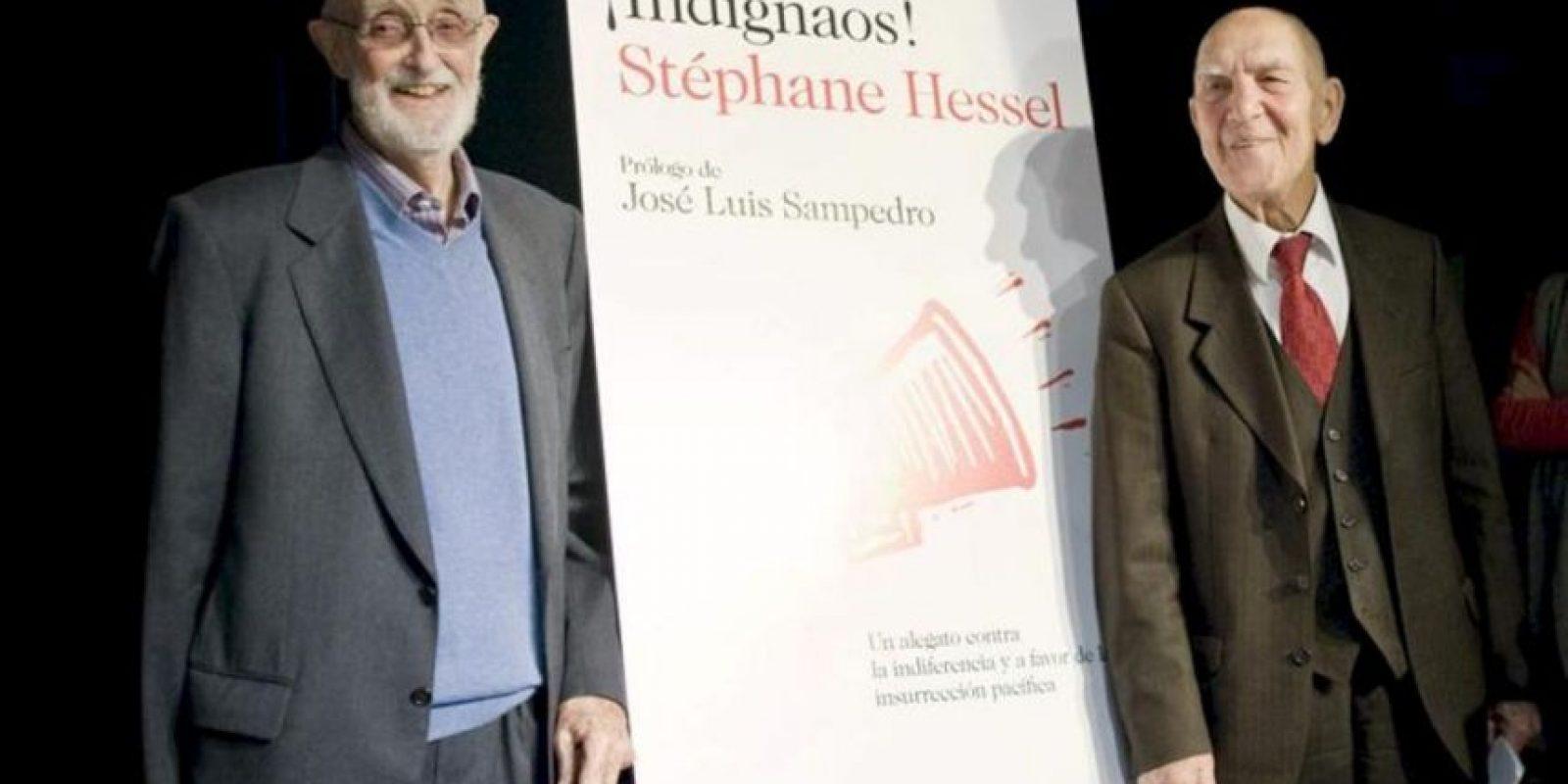 """El francés Stéphane Hessel (d) durante la presentación en marzo de 2011 Madrid, del libro """"Indignaos!"""", junto al escritor y economista español José Luis Sampedro (izda.), que prologó la edición española de este libro. EFE/Luca Piergiovanni"""