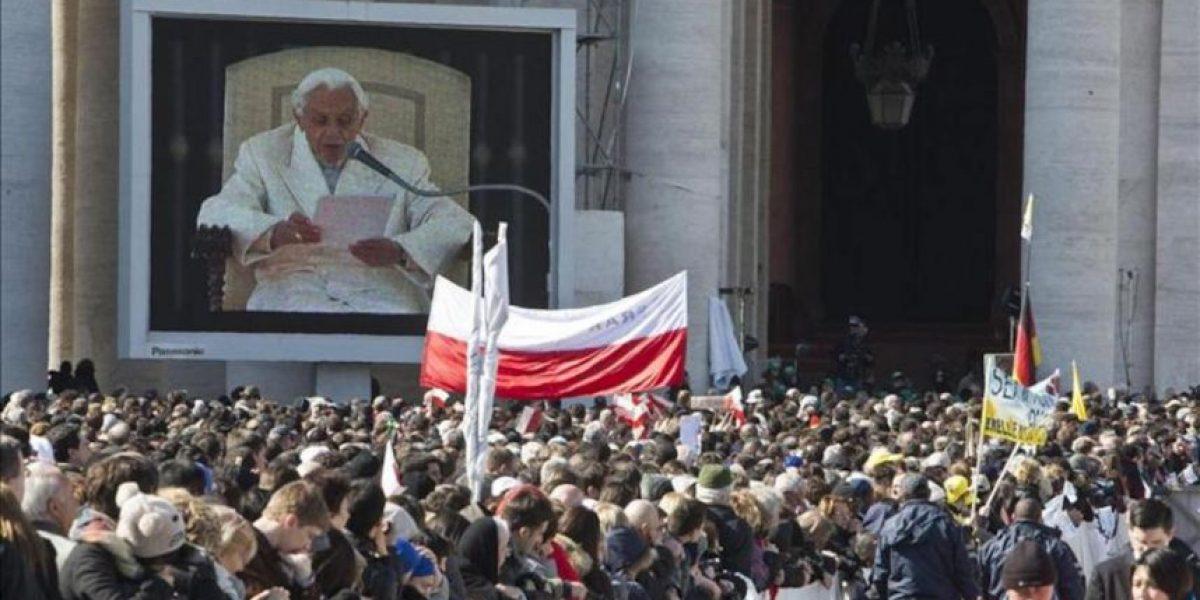 Benedicto XVI da su último y más emotivo abrazo a los fieles en San Pedro