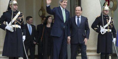 El secretario de Estado de los Estados Unidos, John Kerry (c-izq), saluda al despedirse del presidente francés, François Hollande (c-der), tras su encuentro en el Palacio del Elíseo, en París, Francia, hoy miércoles 27 de febrero de 2013. EFE