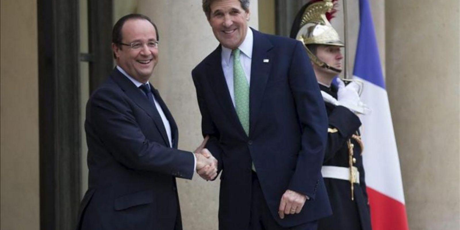 El secretario de Estado de los Estados Unidos, John Kerry (der), saluda al presidente francés, François Hollande (izq), a su llegada al encuentro en el Palacio del Elíseo, en París, Francia, hoy miércoles 27 de febrero de 2013. EFE