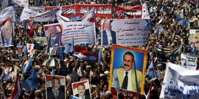 Simpatizantes del expresidente yemení Ali Abdullah Saleh protestan con motivo del primer aniversario de su derrocamiento hace un año en Saná (Yemen). EFE
