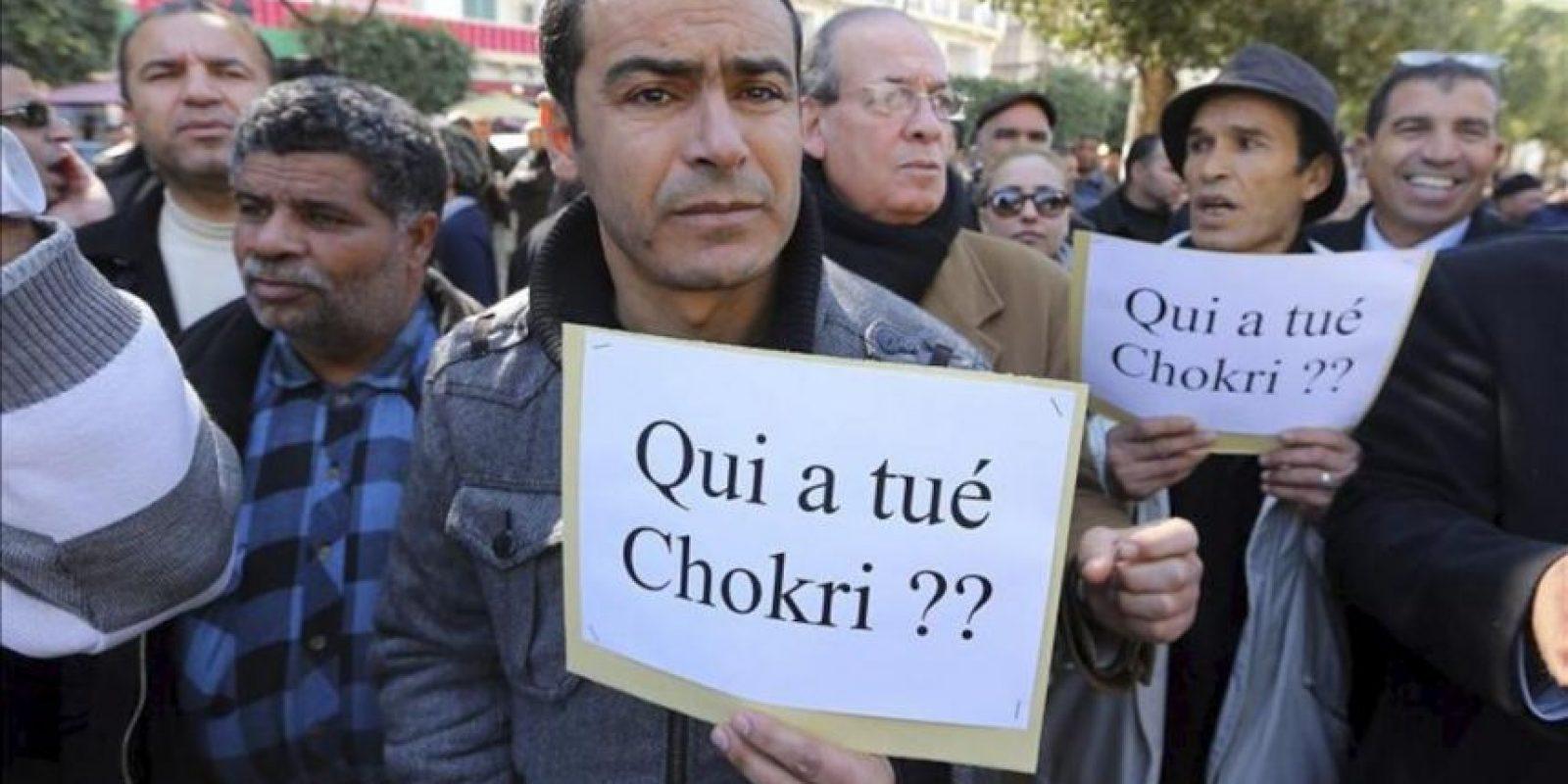 Varios manifestantes tunecinos sujetan carteles durante una protesta en la Avenida de Burguiba de Túnez, Túnez hoy, miércoles 27 de febrero de 2013. EFE