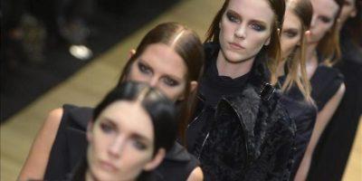 Unas modelos lucen creaciones de la firma francesa Guy Laroche durante uno de los desfiles de la Semana de la Moda de París, Francia. EFE