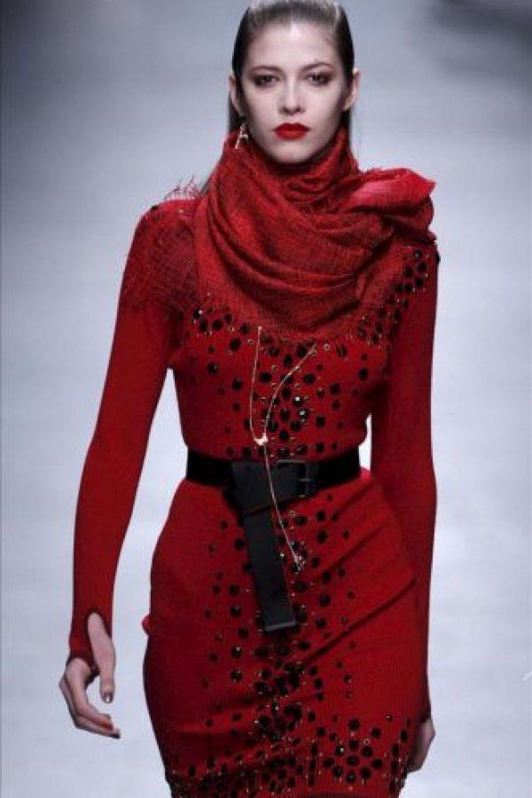 Una modelo luce una creación del diseñador francés Alexis Mabille durante uno de los desfiles de la Semana de la Moda de París, Francia. EFE