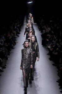Unas modelos lucen creaciones del diseñador francés Alexis Mabille durante uno de los desfiles de la Semana de la Moda de París, Francia. EFE