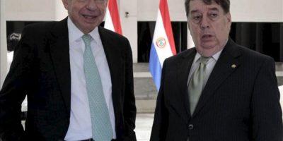 El expresidente de Costa Rica Oscar Arias (i) se reúne con el ministro de Relaciones Exteriores de Paraguay, José Félix Fernández (d), este miércoles 27 de febrero de 2013, en Asunción. EFE