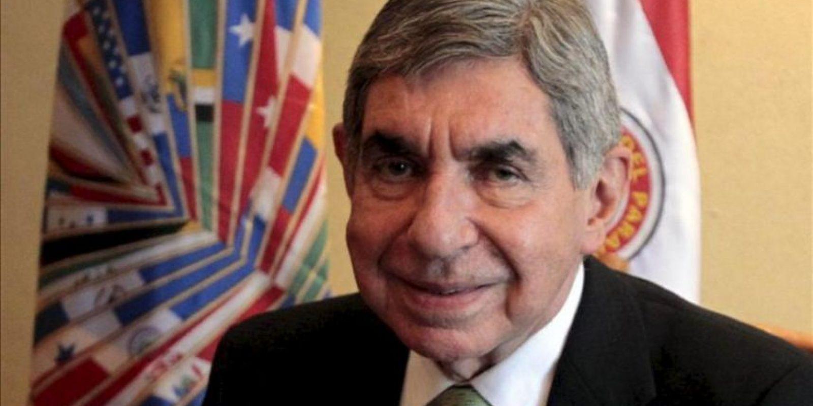 El expresidente de Costa Rica Oscar Arias habla durante una entrevista con Efe este miércoles 27 de febrero de 2013, en un hotel de Asunción. EFE