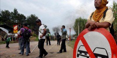 Indígenas y campesinos bloquean la vía Panamericana en varios puntos del Cauca, suroccidente de Colombia. EFE