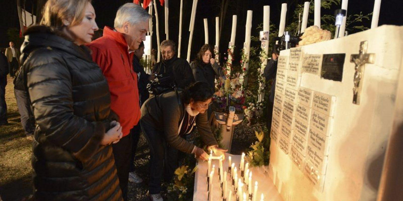En un acto conmemorativo en el memorial en honor a las víctimas del terremoto de 2010, en la Isla Orrego, frente a la ciudad de Constitución (Chile), al cual asistió el mandatario chileno, Sebastián Piñera (c), junto a su esposa, Cecilia Morel (i). Con vigilias en lugares que fueron arrasados y algunas protestas de damnificados descontentos los chilenos recuerdan hoy el terremoto de 8,8 grados que el 27 de febrero de 2010 devastó varias regiones del país. Foto:EFE/Presidencia de Chile