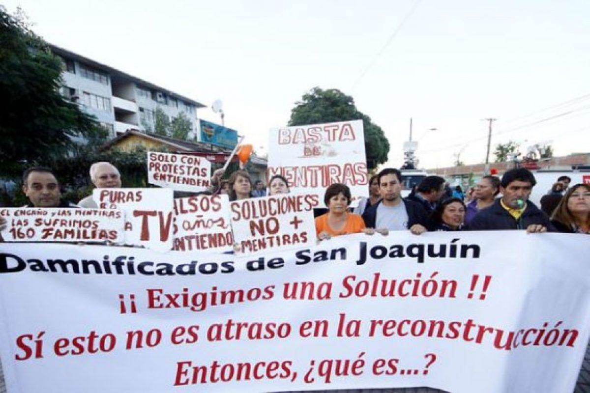 Durante la mañana de este miércoles, vecinos de la villa Brasil de San Joaquín, realizaron una protesta en Carlos Valdovinos por lo que ellos denuncian, una lenta reconstrucción de los departamentos afectados por el terremoto del 27 de febrero de 2010. Foto:PUBLIMETRO Chile