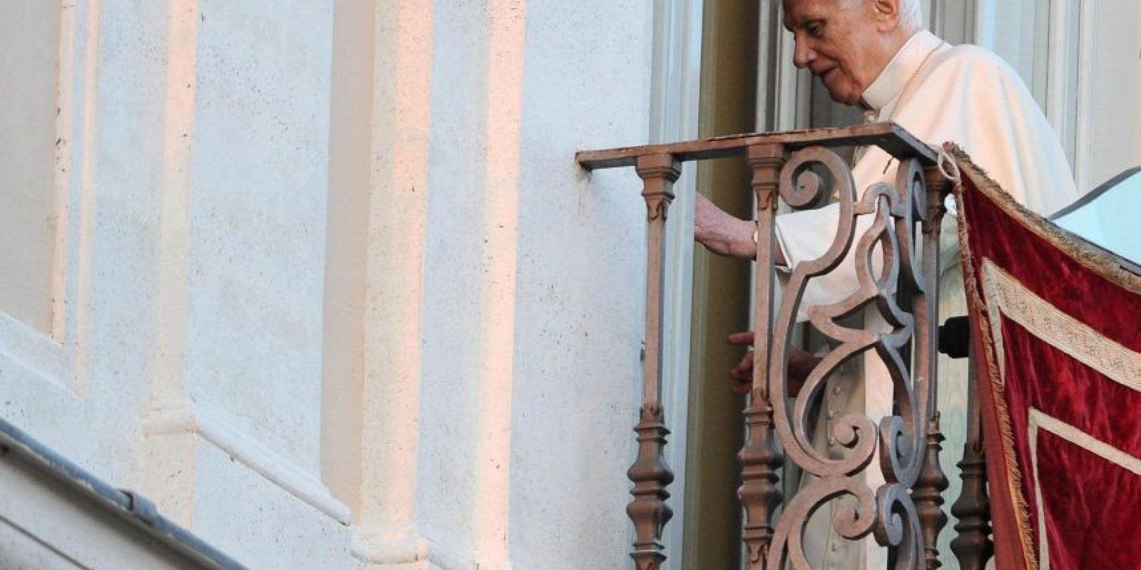 El papa Benedicto XVI sale del balcón tras saludar a sus seguidores en la plaza de la Libertad de Castelgandolfo, Italia, el 28 de febrero del 2013, su nueva residencia durante los próximos dos meses. Foto:EFE/Ettore Ferrari
