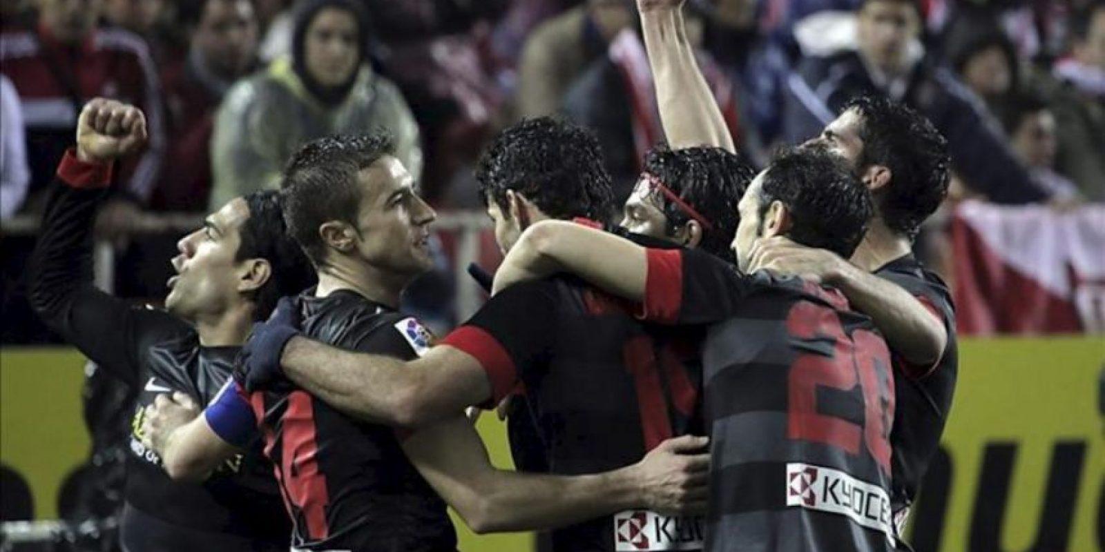 Los jugadores del Atlético de Madrid celebran el segundo gol ante el Sevilla, marcado por el colombiano Radamel Falcao (i), durante el partido de vuelta de la semifinal de la Copa del Rey en el estadio Sánchez Pizjuán, en Sevilla. EFE