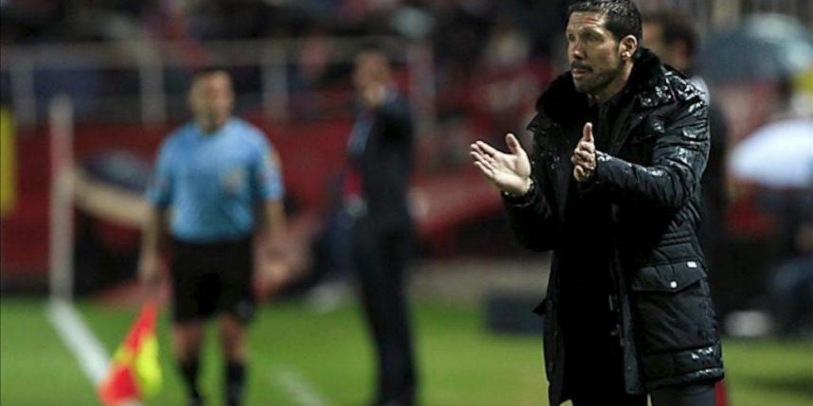 El entrenador argentino del Atlético de Madrid, Diego Simeone, anima a sus jugadores durante el partido de vuelta de la semifinal de la Copa del Rey ante el Sevilla en el estadio Sánchez Pizjuán. EFE