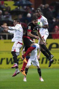 El centrocampista del Atlético de Madrid, Raúl García (c) disputa un balón con los jugadores del Sevilla, Jose Antonio Reyes (i) y el francés Geoffrey Kondogbia, durante el encuentro correspondiente a la vuelta de la semifinal de la Copa del Rey en el estadio Sánchez Pizjuán de la capital andaluza. EFE