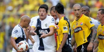 El jugador Claudio Pérez (2-i) del Boca Juniors de Argentina reclama durante una acción de juego ante Barcelona de Ecuador, en un partido por la Copa Libertadores en el estadio de Barcelona de Guayaquil (Ecuador). EFE
