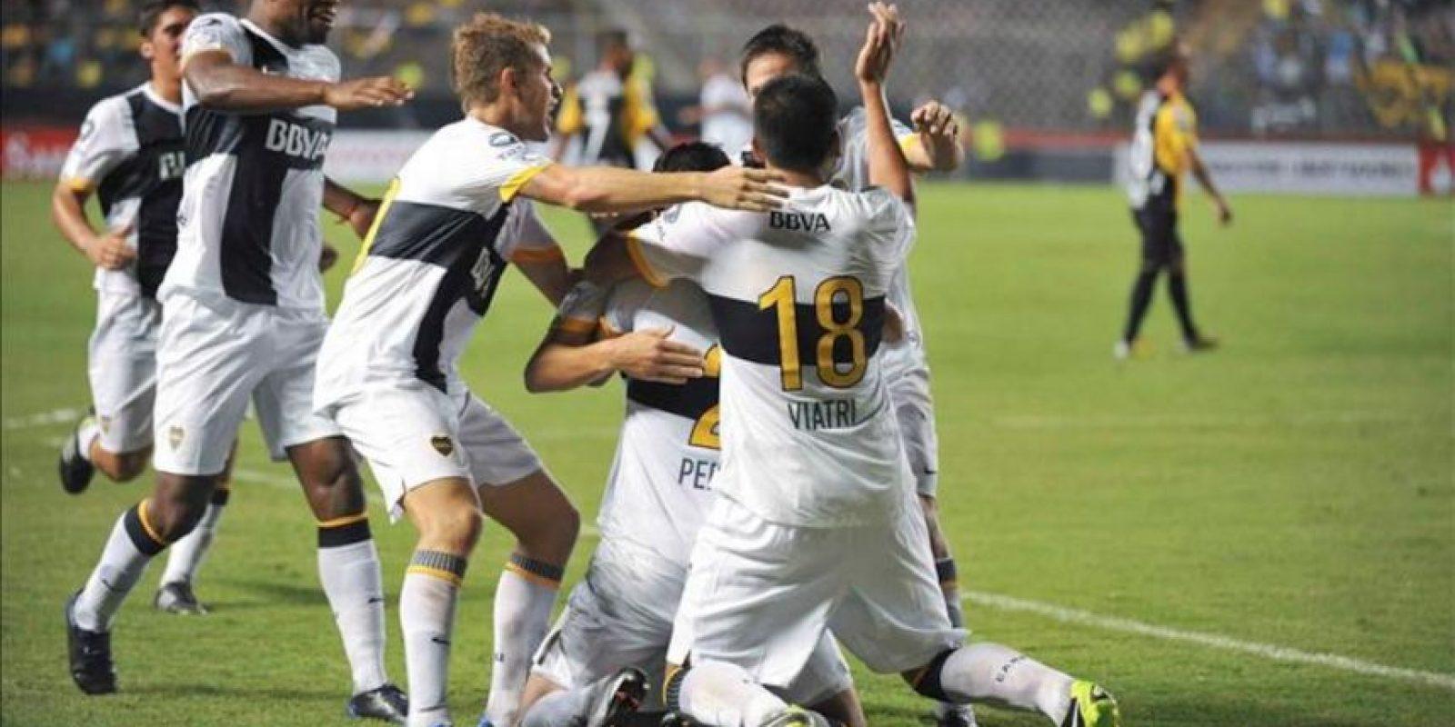 Jugadores del Boca Juniors de Argentina celebran después de anotar contra Barcelona de Ecuador, en un partido por la Copa Libertadores en el estadio de Barcelona de Guayaquil (Ecuador). EFE