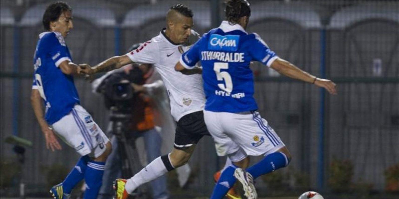 El jugador de Corinthians Paolo Guerrero (c) disputa el balón con Ignacio Ithurralde (d) de Millonarios, durante el partido de la Copa Libertadores en el estadio de Pacaembu en la ciudad de Sao Paulo (Brasil). EFE