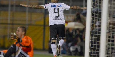 El jugador de Corinthians Paolo Guerrero celebra un gol ante Millonarios, durante el partido de la Copa Libertadores en el estadio de Pacaembu en la ciudad de Sao Paulo (Brasil). EFE