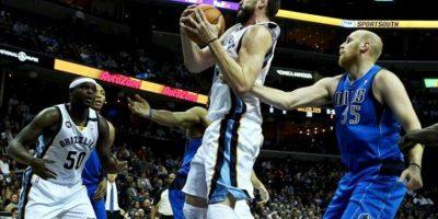 El jugador de los Grizzlies, el español Marc Gasol (c) controla la bola ante Chris Kaman (d) de los Mavericks observados por Zach Randolph (i), durante el juego de la NBA que se disputa en el FedExForum de Memphis, Tennessee (EE.UU.). EFE