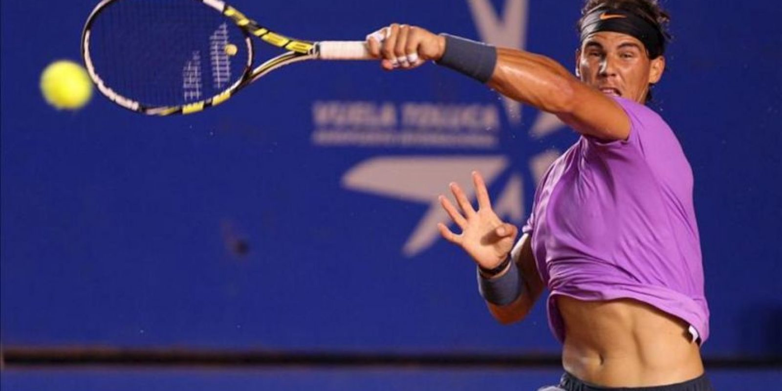 El tenista español Rafael Nadal devuelve la bola al argentino Martín Alund, durante el tercer día del Abierto Mexicano de Tenis que se desarrolla en el puerto mexicano de Acapulco. EFE