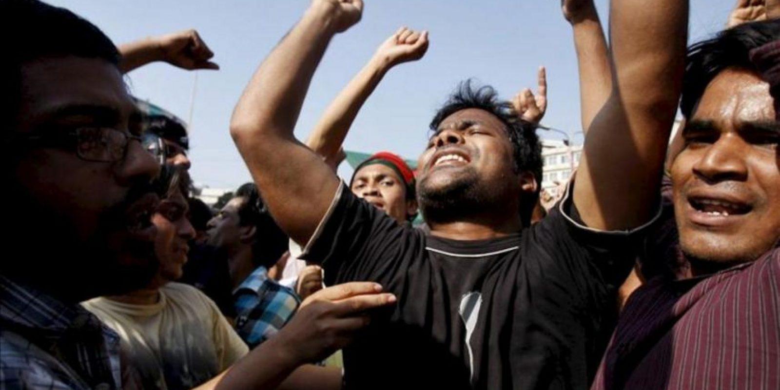 Estudiantes bengalíes celebran la condena de muerte dictada contra el líder del partido islamista Jamaat-e-Islami, Delawar Hossain Sayedi, en los alrededores del tribunal en Dacca (Bangladesh). EFE