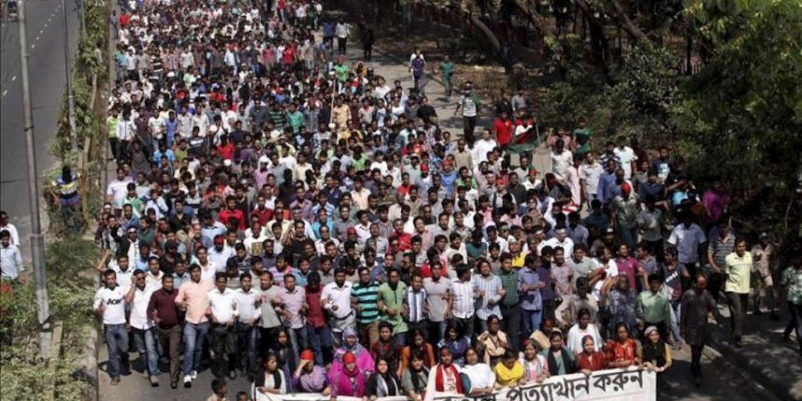 Estudiantes bengalíes participan en una marcha para pedir la condena a muerte para el líder del partido islamista Jamaat-e-Islami, Delawar Hossain Sayedi, en los alrededores del tribunal en Dacca (Bangladesh). Un tribunal condenó hoy a la horca a Hossain Sayedi por crímenes cometidos en la guerra de independencia de 1971. EFE