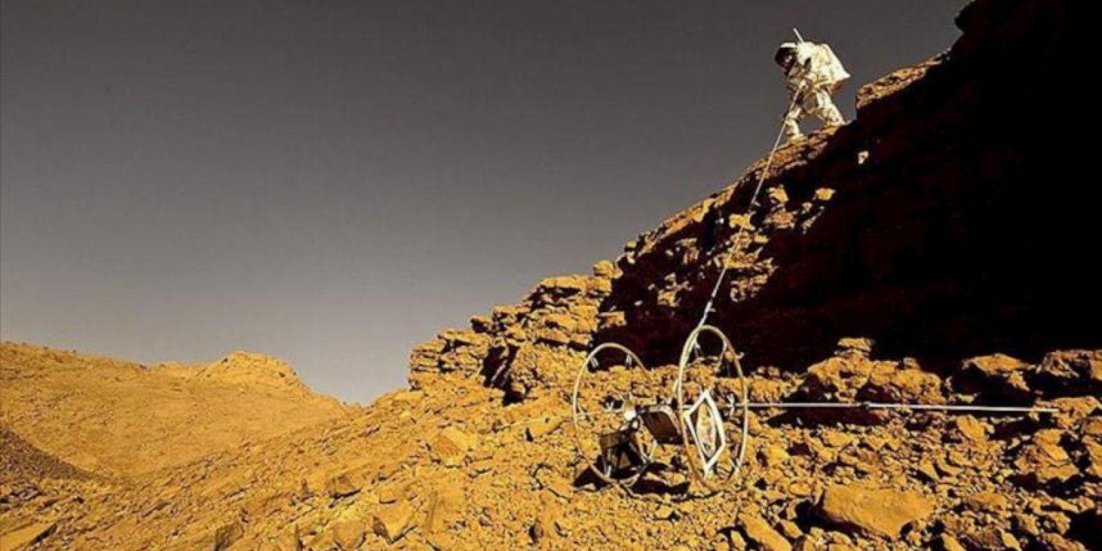 Fotografía facilitada por el centro OEWF, de un integrante del grupo de diez astronautas y técnicos, que ha simulado durante un mes un viaje y exploración en tiempo real a Marte. EFE