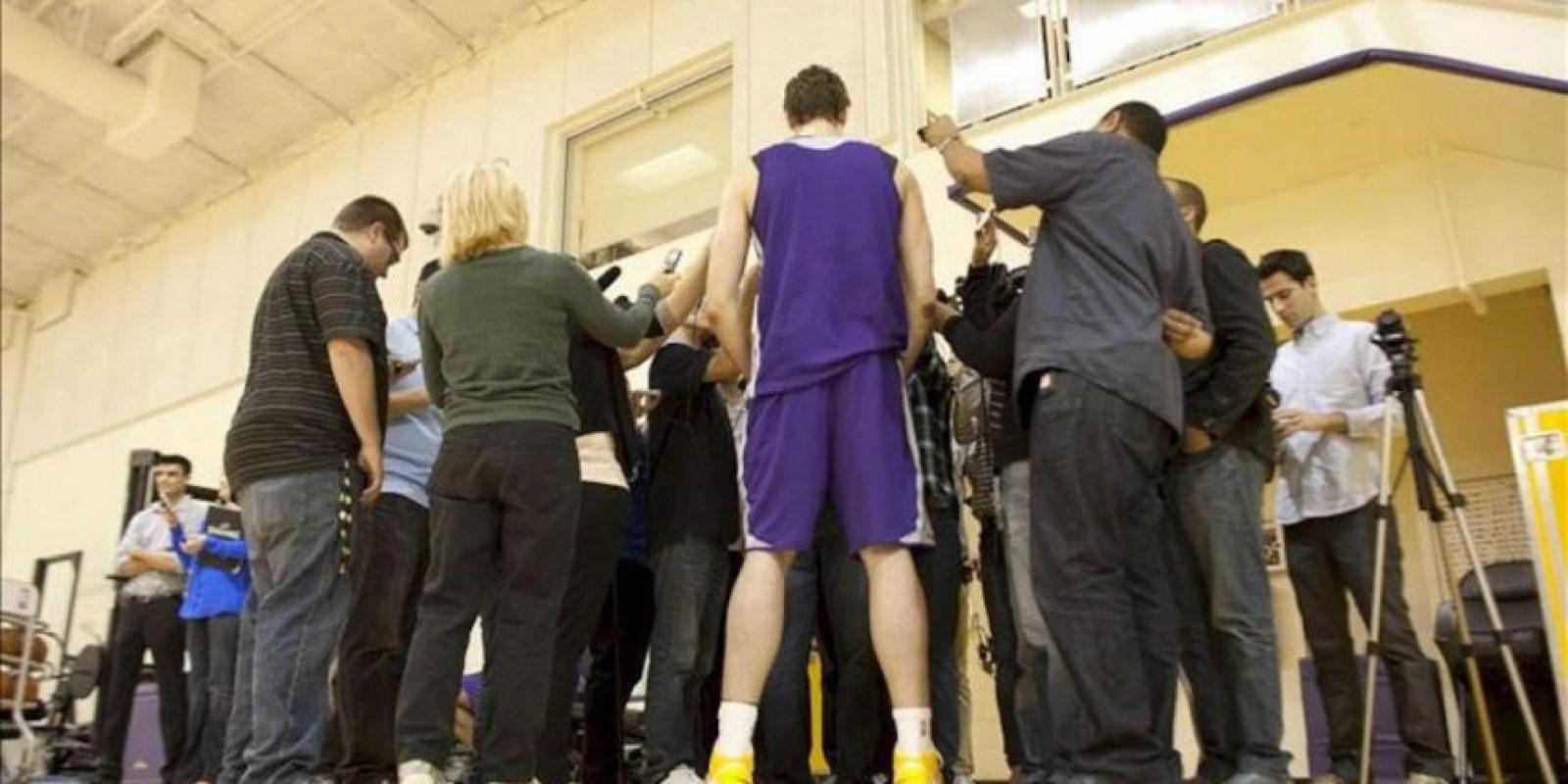 El jugador de Los Ángeles Lakers, el español Pau Gasol, responde a las preguntas de los periodistas, tras el entrenamiento en El Segundo, California (EEUU). EFE