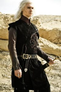 Harry Lloyd es Vyserys Targaryen, hijo sobreviviente de Aerys, y hermano de Danaerys. Quiere como sea, recuperar el Trono de Hierro, y por eso casa a su hermana con Khal Drogo. Infortunadamente, es violento, inestable y cruel, y esto causa su muerte por parte de los dothraki, con todo el consentimiento de su maltratada hermana. Foto:HBO Latinoamérica