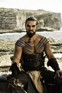 Jason Momoa es Khal Drogo, líder de la tribu guerrera dothraki. Termina adorando a su esposa Danaerys y ayudando en su causa para recuperar el Trono de Hierro, pero muere. Foto:HBO Latinoamérica