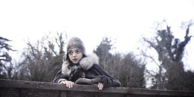Maisie Williams es Arya Stark, una de las hijas de Ned Stark y Catelyn Tully. Se caracteriza por ser aficionada al combate y comportarse opuestamene según se espera de su género. Su padre se la lleva a Desembarco del Rey, y allí, Arya presencia su ejecución por parte de los Lannister. Ahora está de incógnita sirviendo a Twyinn Lannister, sin que este lo sepa. Foto:HBO Latinoamérica
