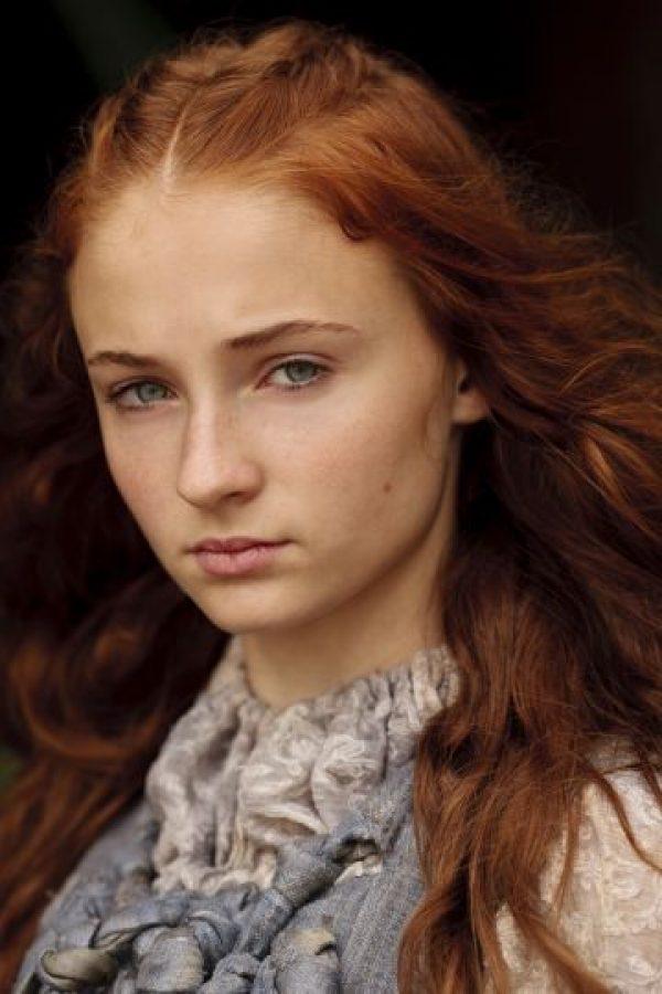 Sophie Turner es Sansa Stark, hija de Ned Stark y Catelyn Tully. Es todo lo que se espera de su sexo, y tiene gracia ,belleza y encanto. La comprometieron con el hijo de Cersei, el príncipe Joffrey, quien la maltrata y luego ejecuta a su padre. Foto:HBO Latinoamérica