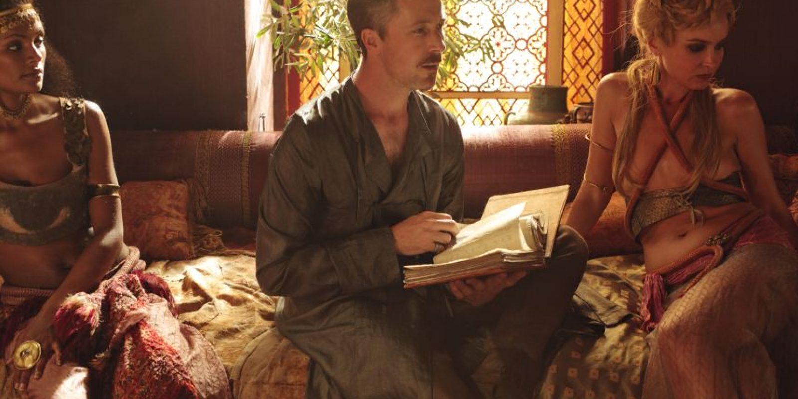 Aidan Gillen es Petyr Baelysh, 'Meñique'. Es uno de los jugadores más astutos del Juego de Tronos, y es el ministro de Robert y Joffrey Baratheon. Posee un burdel en Desembarco del Rey. Foto:HBO Latinoamérica
