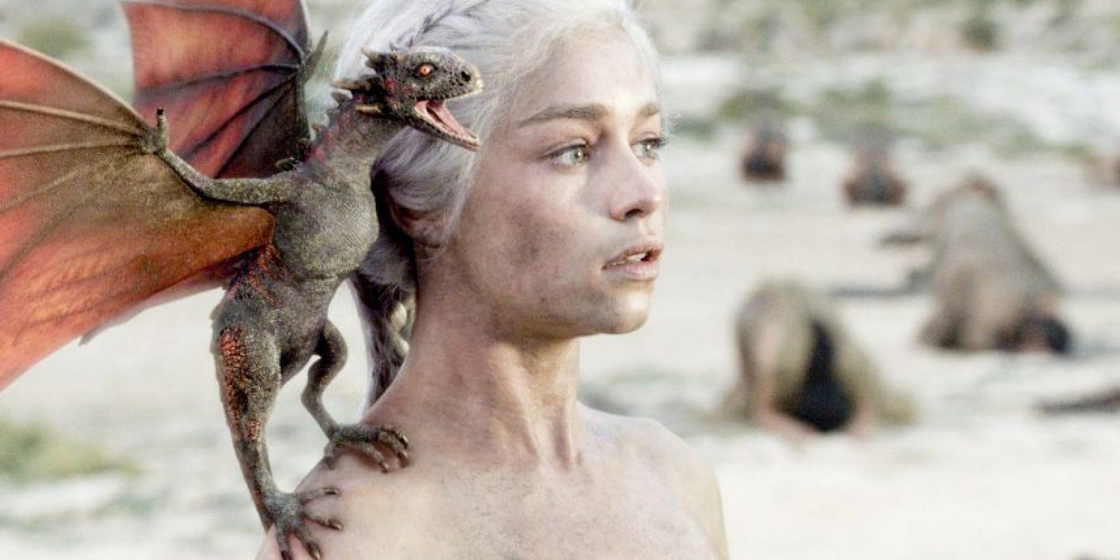 Emilia Clarke es Daenerys Targaryen, hija de Aerys y hermana de Vyserys. Se traumatiza al comienzo por ser vendida en matrimonio a Khal Drogo, pero luego demuestra ser una gran líder dothraki. Luego de la muerte de su marido e hijo, se coloca en el fuego con unos huevos de dragones que le regalaron, haciéndolos vivir de nuevo, y pudiéndolos controlar a su voluntad. Por eso se le llama 'Madre de Dragones'. Foto:HBO Latinoamérica