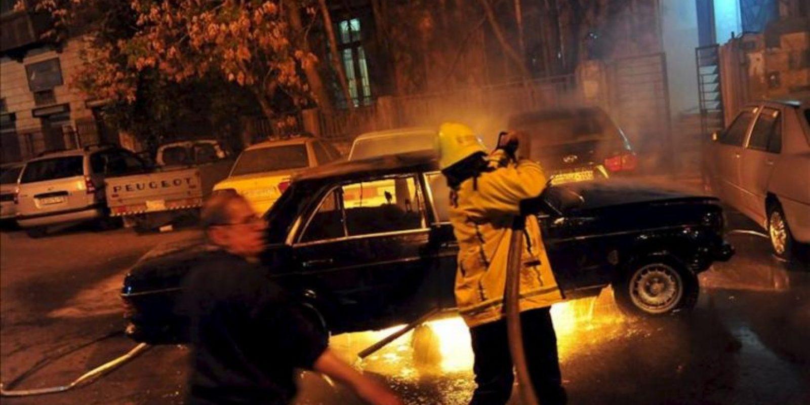 Fotografía cedida por la Agencia Árabe Siria de Noticias (SANA) hoy, lunes 25 de marzo de 2013, de bomberos apagando el fuego en un carro tras la explosión de una bomba en el área residencial de Al-Halbouni, en Damasco (Siria). Una persona resultó herida en el ataque. EFE