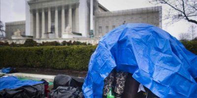 Activistas homosexuales neoyorquinos acampan enfrente del Tribunal Supremo de Washington. El Tribunal Supremo de EE.UU. estudiará esta semana si es constitucional prohibir el matrimonio homosexual, a través de dos casos que mantienen en vilo al país ante la rápida evolución de la opinión pública sobre el asunto. EFE