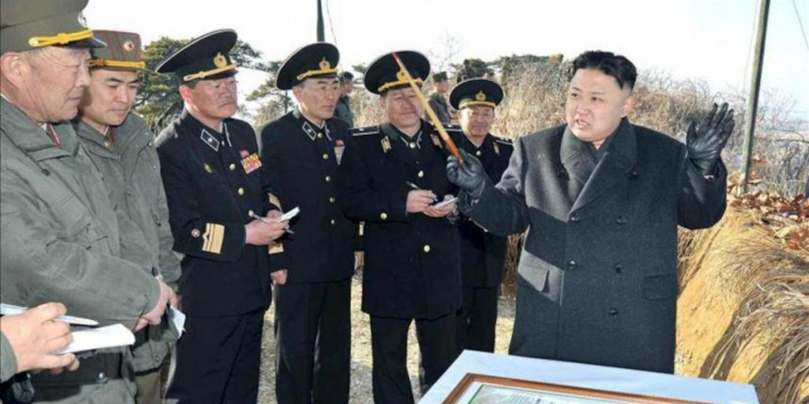 Fotografía cedida por el diario norcoreano del Partido de los Trabajadores Rodong Sinmun del líder norcoreano Kim Jong-un (d) dando instrucciones durante una inspección a ejercicios terrestres del Ejército en la costa este de Corea del Norte hoy, lunes 25 de marzo de 2013. EFE