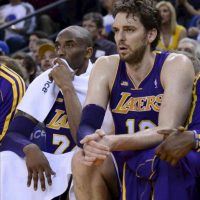 Kobe Bryant (i) y Pau Gasol de los Lakers de Los Ángeles observan desde la banca el juego ante los Warriors de Golden State, durante su partido de baloncesto de la NBA en Oakland (EE.UU.). EFE