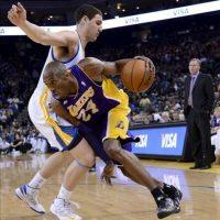 Kobe Bryant (c) de los Lakers de Los Ángeles en acción ante Klay Thompson (i) de los Warriors de Golden State, durante su partido de baloncesto de la NBA en Oakland (EE.UU.). EFE