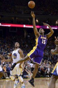 Metta World Peace (d) de los Lakers de Los Ángeles en acción ante Jarrett Jack (i) de los Warriors de Golden State, durante su partido de baloncesto de la NBA en Oakland (EE.UU.). EFE