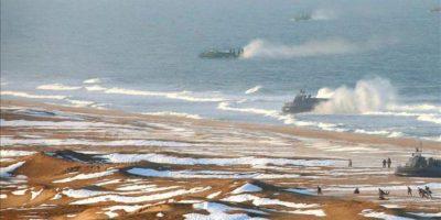 Fotografía cedida por el diario norcoreano del Partido de los Trabajadores Rodong Sinmun de soldados del Ejército norcoreano durante una inspección del líder del país Kim Jong-un (fuera de cuadro) a sus ejercicios terrestres en la costa este de Corea del Norte. EFE