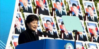 La presidenta surcoreana, Park Geun-hye, interviene durante una ceremonia en honor a las víctimas del hundimiento del buque de guerra Cheonan, en el cementerio Nacional de Daejeon, a 164 kilómetros al sur de Seúl (Corea del Sur), hoy. EFE